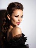 Cara hermosa de una muchacha atractiva joven en vestido negro Imagen de archivo libre de regalías