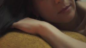 Cara hermosa de una muchacha linda en un salón del masaje metrajes
