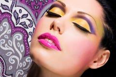 Cara hermosa de una mujer con maquillaje de la moda Imagen de archivo