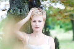 Cara hermosa de una mujer joven con salud fresca Imágenes de archivo libres de regalías