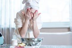 Cara hermosa del lavado de la mujer joven con agua por la mañana Concepto de higiene y de cuidado para la piel en casa imagen de archivo libre de regalías