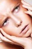 Cara hermosa del modelo del ceño fruncido de la manera, maquillaje de bronce Imagen de archivo