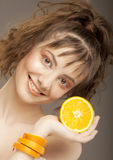 Cara hermosa del `s de la mujer con la naranja foto de archivo libre de regalías