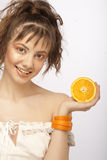 Cara hermosa del `s de la mujer con la naranja imagen de archivo libre de regalías