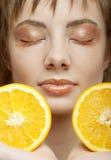 Cara hermosa del `s de la mujer con la naranja foto de archivo