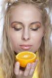 Cara hermosa del `s de la mujer con la naranja imágenes de archivo libres de regalías