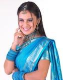Cara india sonriente con la sari azul Fotos de archivo