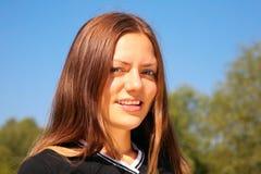 Cara joven de la muchacha de la belleza en parque Imagen de archivo