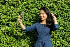 Cara linda de la sonrisa de la muchacha asiática en parque verde Fotos de archivo
