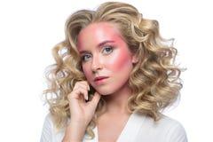 Cara loura bonita da mulher com composição cor-de-rosa Foto de Stock