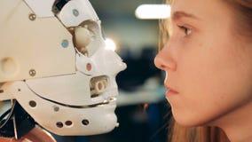 Cara móvil del robot de los relojes de la muchacha, vista lateral metrajes