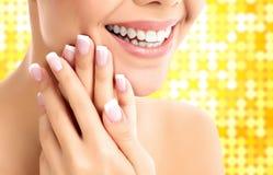 Cara, manos y dientes blancos sanos de una mujer Fotos de archivo libres de regalías