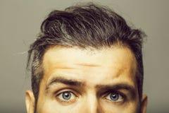 Cara masculina con los ojos asustados fotos de archivo libres de regalías