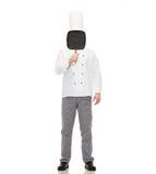 Cara masculina de la cubierta del cocinero del cocinero con la cacerola de la parrilla Foto de archivo libre de regalías