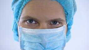 Cara masculina hermosa del doctor en la máscara, servicios profesionales del cirujano, medicina imagen de archivo libre de regalías