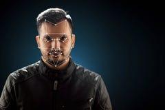 Cara masculina, reconhecimento de cara biométrico da verificação A tecnologia do reconhecimento de cara na grade poligonal é cons foto de stock