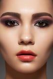 Cara modelo con la piel limpia brillante, maquillaje de la manera Foto de archivo