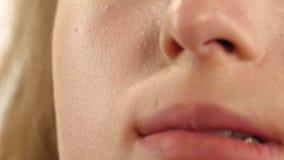 Cara modelo de la mujer con la fundación de la piel, cierre para arriba almacen de video