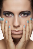 Cara modelo hermosa con maquillaje de la moda y clavos con la manicura brillante Fotos de archivo libres de regalías