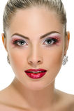 Cara modelo, maquillaje de los labios, pendiente Fotografía de archivo libre de regalías