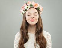 Cara modelo nova Mulher de relaxamento com pele clara e o retrato cor-de-rosa das flores foto de stock