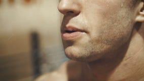 Cara molhada do homem após o exercício vídeos de arquivo