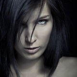 Cara oscura de la muchacha de la expresión de la emoción imagenes de archivo