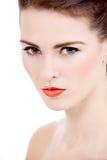 Cara perfecta de la mujer de la belleza con los labios anaranjados aislados Imagenes de archivo