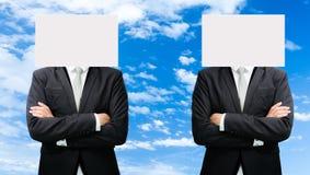 Cara permanente del Libro Blanco del hombre de negocios que lleva a cabo el frente de la cabeza foto de archivo libre de regalías