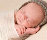 Cara preciosa del bebé recién nacido soñoliento fotos de archivo