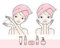 Cara que se lava de la muchacha con espuma Fotografía de archivo