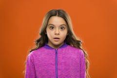 Cara querendo saber confundida da menina criança bonito Querer saber longo do cabelo da criança Conceito de confusão dos fatos Fa fotografia de stock