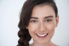Cara relajada hermosa de la muchacha en el fondo blanco Fotos de archivo libres de regalías