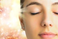 Cara relaxado disparada de meditar da mulher imagens de stock royalty free