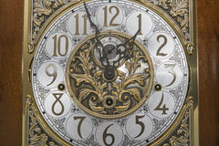 A cara retro elegante do ouro do pulso de disparo entrega o relógio Imagens de Stock
