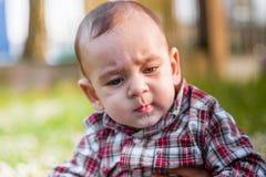 Cara seria de los 6 meses lindos de bebé Imagenes de archivo