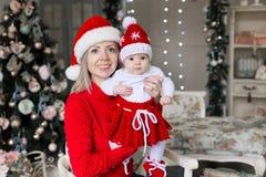 Cara, sombrero de la Navidad, traje rojo, diversión Fotos de archivo libres de regalías