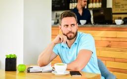 A cara sonhadora farpada do homem precisa a inspiração A cafeína fá-lo mais produtivo O indivíduo sério aprecia o fim da bebida d imagem de stock
