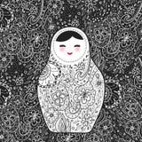 Cara sonriente de Babushka del matrioshka ruso de la muñeca con las mejillas, las flores del bosquejo y los contornos rosados de  Fotos de archivo