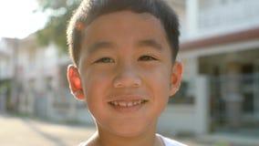 Cara sonriente dentuda de la emoción asiática de la felicidad de los niños metrajes