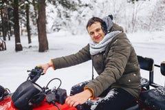 Cara sonriente en nieve e hielo después de montar un bosque nevado fotografía de archivo