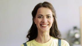 Cara sonriente feliz de la mujer joven almacen de video