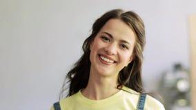 Cara sonriente feliz de la mujer joven almacen de metraje de vídeo