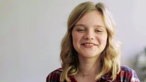 Cara sonriente feliz de la mujer joven o del adolescente metrajes