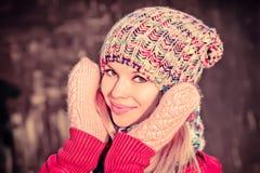 Cara sonriente feliz hermosa de la mujer del invierno Imágenes de archivo libres de regalías