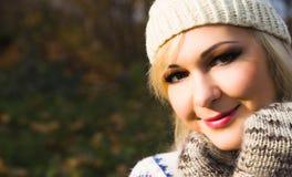 Cara sonriente feliz hermosa de la mujer del invierno que lleva el sombrero hecho punto Foto de archivo libre de regalías