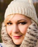 Cara sonriente feliz hermosa de la mujer del invierno que lleva el sombrero hecho punto Imagen de archivo libre de regalías