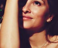 Cara sonriente hermosa de la mujer joven con cierre fresco limpio de la piel para arriba Retrato de la belleza Concepto del cuida fotos de archivo