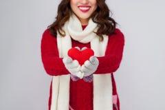 Cara sonriente hermosa del modelo de moda con los labios rojos en paño caliente Foto de archivo libre de regalías