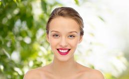 Cara sonriente y hombros de la mujer joven Fotos de archivo